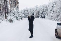 La ragazza cammina e posa sulla macchina fotografica nei precedenti del immagini stock libere da diritti