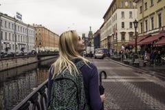 La ragazza cammina nella vecchia città Fotografia Stock