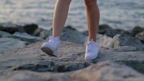 La ragazza cammina a piedi nudi sul legno archivi video