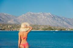 La ragazza in cappello ed il bikini su Elafonissi tirano immagini stock libere da diritti