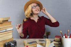 La ragazza in cappello legge Fotografia Stock Libera da Diritti
