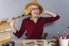 La ragazza in cappello legge Fotografia Stock