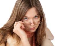 La ragazza in cappotto di pelliccia ed isolata Immagine Stock