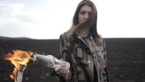 La ragazza in cappotto sta tenendo la bomba Molotov archivi video