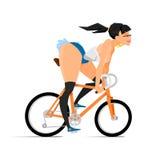 La ragazza castana dei pantaloni a vita bassa felici sta guidando una bicicletta Fotografia Stock Libera da Diritti