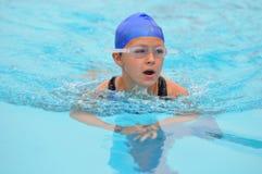 La ragazza cattura lo sfiatatoio durante la nuotata Immagini Stock Libere da Diritti