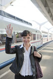 La ragazza cattura un treno immagine stock libera da diritti