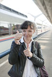 La ragazza cattura un treno Fotografia Stock