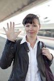 La ragazza cattura un treno Fotografie Stock Libere da Diritti