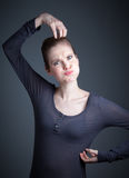 La ragazza caucasica attraente nei suoi 30 ha sparato in studio Fotografia Stock