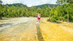 La ragazza che cammina sullo stagno verde smeraldo innaffia vicino a Krabi, Tailandia fotografie stock libere da diritti