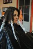 La ragazza che colora i suoi capelli Fotografia Stock