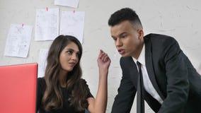 La ragazza che flirta con un impiegato in un vestito nell'ufficio, tocca delicatamente la sua guancia, flirt, concetto 50 di mole video d archivio