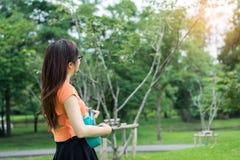 La ragazza che gioca la musica con le ukulele si rilassa fotografia stock libera da diritti