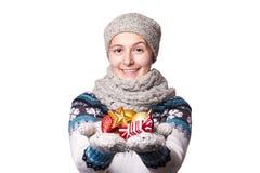 La ragazza che giudica Natale gioca, decorazioni Copyspace Fotografia Stock