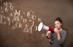 La ragazza che gridano nel megafono ed il testo escono Fotografie Stock Libere da Diritti