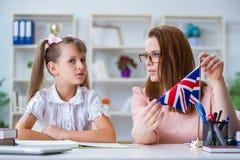 La ragazza che impara l'inglese con l'insegnante Fotografia Stock