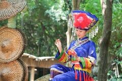 La ragazza che indossa i vestiti di Zhuang fa il Hydrangea Fotografie Stock Libere da Diritti
