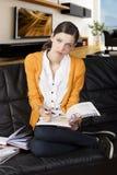 La ragazza che legge un libro e gli sguardi dentro all'obiettivo Fotografia Stock Libera da Diritti