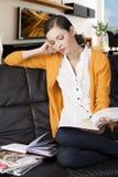 La ragazza che legge un libro, il suo gomito sta riposando sopra Fotografia Stock Libera da Diritti
