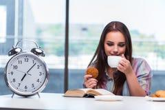La ragazza che mangia prima colazione sulla mattina Immagine Stock