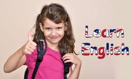 La ragazza che mostra il pollice su con il testo impara l'inglese Fotografia Stock