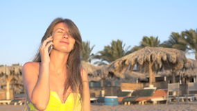 La ragazza che parla sul telefono vicino al mare HD archivi video