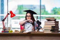 La ragazza che prepara per gli esami con il grande orologio Immagini Stock Libere da Diritti