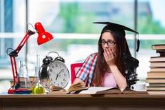 La ragazza che prepara per gli esami con il grande orologio Fotografia Stock Libera da Diritti