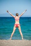 La ragazza che salta alla spiaggia Fotografie Stock Libere da Diritti