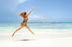 La ragazza che salta alla spiaggia Fotografia Stock Libera da Diritti