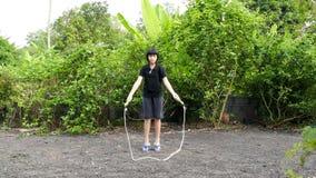 La ragazza che salta con la corda stock footage