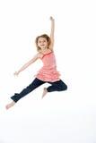 La ragazza che salta in metà di aria Immagini Stock