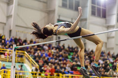 La ragazza che salta sopra la barra nel concorso di salto in alto Immagine Stock Libera da Diritti