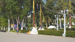La ragazza che salta su un ammortizzatore ausiliario del trampolino video d archivio