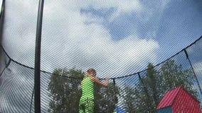 La ragazza che salta su un trampolino un giorno di estate soleggiato video d archivio