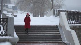 La ragazza che scende le scale nell'inverno stock footage