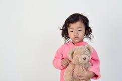 La ragazza che tiene l'orso è annoiata Immagini Stock Libere da Diritti