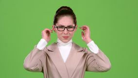 La ragazza chiude le sue orecchie da un rumore acuto Schermo verde Movimento lento stock footage