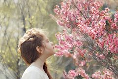 la ragazza chiusa lei occhi e respira l'aroma immagine stock