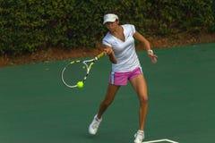 La ragazza colpisce il tennis della palla Immagine Stock