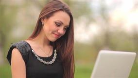 La ragazza comunica via Internet con il taccuino video d archivio
