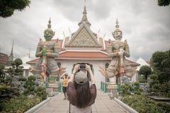La ragazza con architettura di buddismo - tempio da pregare immagine stock