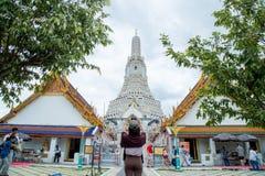 La ragazza con architettura di buddismo - tempio da pregare fotografia stock libera da diritti