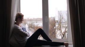 La ragazza con bellezza naturale si siede