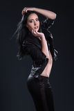 La ragazza con capelli lunghi su fondo nero immagini stock libere da diritti