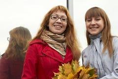 La ragazza con capelli marroni in un sorriso facile della sciarpa fresca leggera di estate per una passeggiata in un rivestimento  Fotografia Stock Libera da Diritti