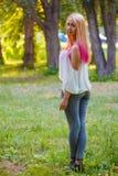 La ragazza con capelli rosa cammina nel parco Fotografia Stock Libera da Diritti