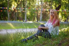 La ragazza con capelli rosa cammina nel parco Immagine Stock