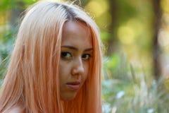 La ragazza con capelli rosa cammina nel parco Immagini Stock Libere da Diritti